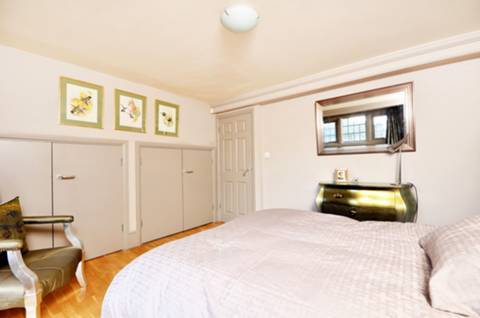 <b>Master Bedroom</b><span class='dims'> 12'6 x 11'11 (3.81 x 3.63m)</span>
