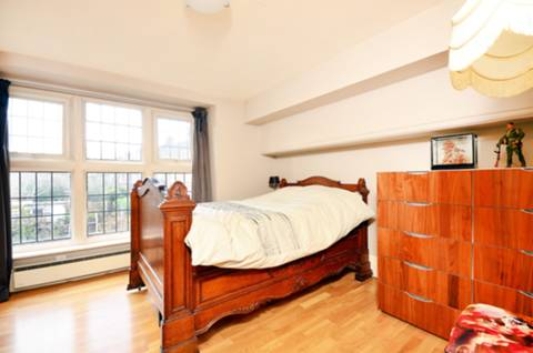<b>Second Bedroom</b><span class='dims'> 11'4 x 11' (3.45 x 3.35m)</span>