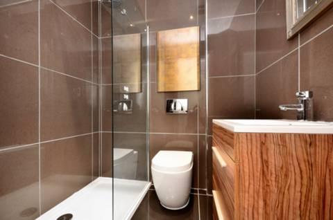 <b>En Suite Shower Room</b><span class='dims'> 5'10 x 4'9 (1.78 x 1.45m)</span>