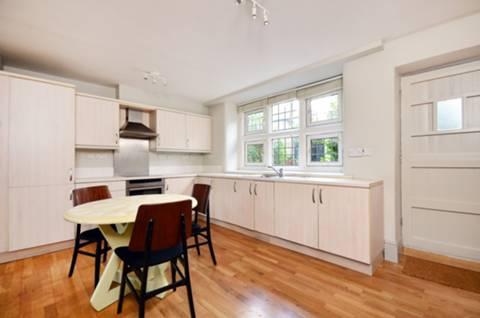 <b>Kitchen</b><span class='dims'> 18'2 x 10'6 (5.54 x 3.20m)</span>