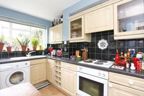 <b>Kitchen</b><span class='dims'> 11'9 x 7'6 (3.58 x 2.29m)</span>