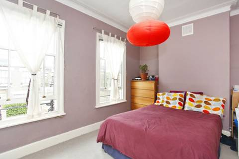 <b>Main Bedroom</b><span class='dims'> 14'3 x 10'3 (4.34 x 3.12m)</span>
