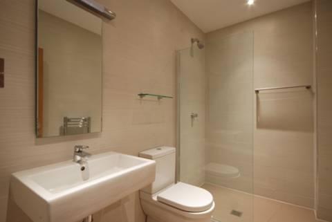 <b>Shower Room</b><span class='dims'> 8'9 x 5 (2.67 x 1.52m)</span>