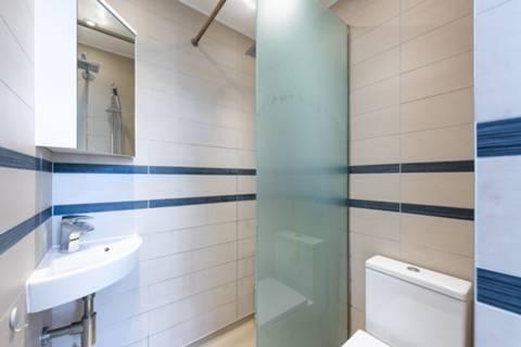 <b>Bathroom</b><span class='dims'> 6'3 x 5'5 (1.91 x 1.65m)</span>