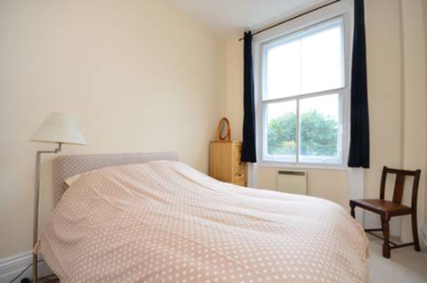 <b>Master Bedroom</b><span class='dims'> 11'5 x 8'10 (3.48 x 2.69m)</span>