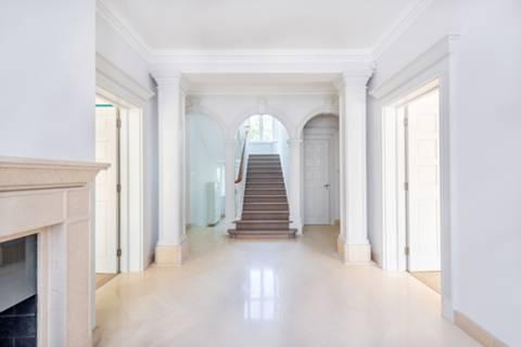 <b>Entrance Hall</b><span class='dims'></span>
