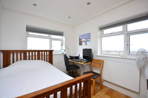 <b>Main Bedroom</b><span class='dims'> 11'6 x 9 (3.51 x 2.74m)</span>