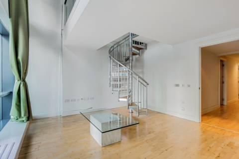 <b>Master Bedroom</b><span class='dims'> 16'8 x 8'2 (5.08 x 2.49m)</span>