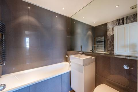 <b>Third En Suite Bathroom</b><span class='dims'></span>