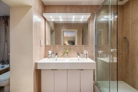<b>En Suite Bathroom</b><span class='dims'> 13'3 x 5'8 (4.04 x 1.73m)</span>