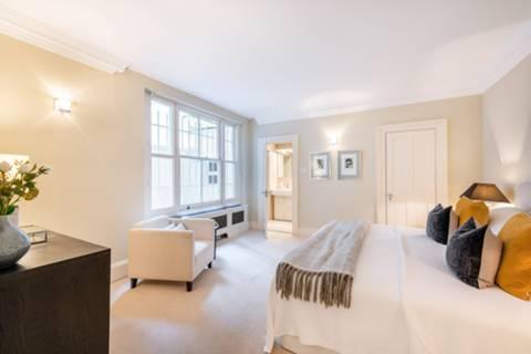 <b>Master Bedroom</b><span class='dims'> 19'3 x 14'3 (5.87 x 4.34m)</span>