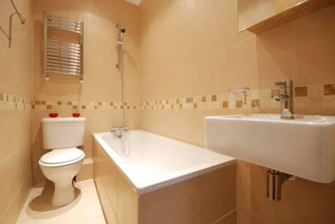 <b>Bathroom</b><span class='dims'> 7'6 x 4 (2.29 x 1.22m)</span>