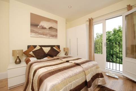 <b>Second Bedroom</b><span class='dims'> 11 x 10'6 (3.35 x 3.20m)</span>