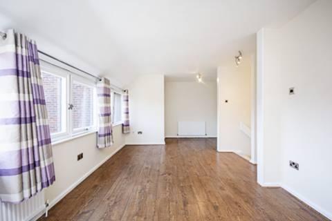 <b>Reception Room</b><span class='dims'> 23'3 x 9'9 (7.09 x 2.97m)</span>
