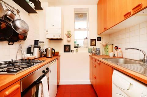 <b>Kitchen</b><span class='dims'> 6'9 x 6' (2.06 x 1.83m)</span>