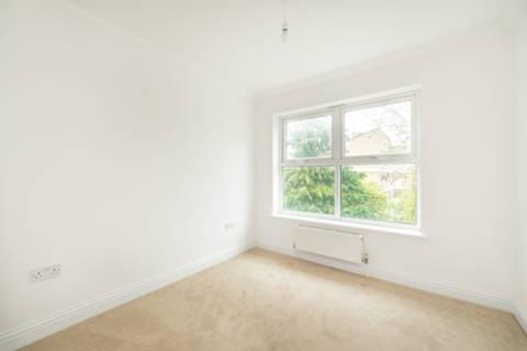 <b>Main Bedroom</b><span class='dims'> 11'1 x 10'1 (3.38 x 3.07m)</span>
