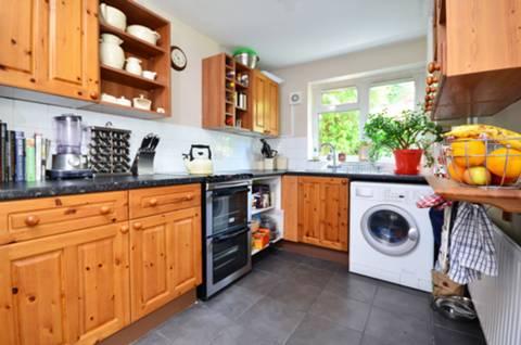 <b>Kitchen</b><span class='dims'> 11'6 x 6'11 (3.51 x 2.11m)</span>