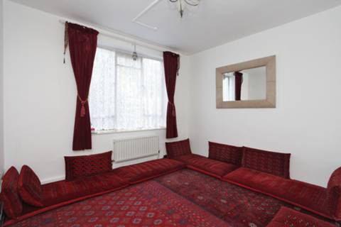 <b>Second Bedroom</b><span class='dims'> 13'4 x 10'5 (4.06 x 3.17m)</span>