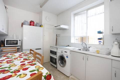 <b>Kitchen</b><span class='dims'> 11'10 x 8'5 (3.61 x 2.57m)</span>
