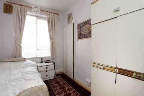 <b>Third Bedroom</b><span class='dims'> 12'1 x 6'11 (3.68 x 2.11m)</span>