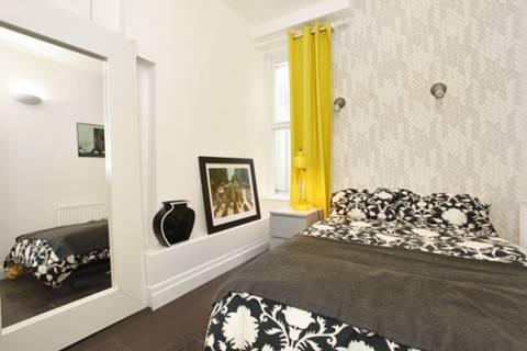 <b>Main Bedroom</b><span class='dims'> 12' x 8'6 (3.66 x 2.59m)</span>