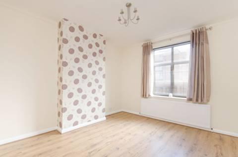 <b>Main Bedroom</b><span class='dims'> 12'4 x 11' (3.76 x 3.35m)</span>