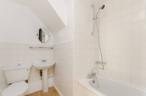<b>Bathroom</b><span class='dims'> 9'4 x 6'9 (2.84 x 2.06m)</span>