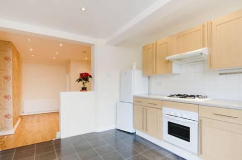 <b>Kitchen</b><span class='dims'> 13'7 x 11' (4.14 x 3.35m)</span>