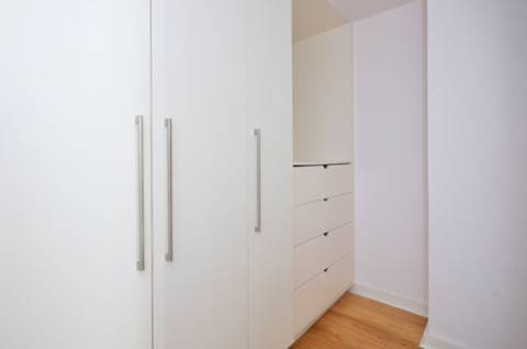 <b>Walk-in Wardrobe</b><span class='dims'> 10'8 x 5'5 (3.25 x 1.65m)</span>
