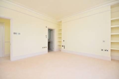 <b>Main Bedroom</b><span class='dims'> 15 x 13'6 (4.57 x 4.11m)</span>