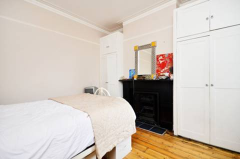<b>Main Bedroom</b><span class='dims'> 13'7 x 12'5 (4.14 x 3.78m)</span>