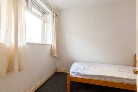 <b>Main Bedroom</b><span class='dims'> 11'9 x 11' (3.58 x 3.35m)</span>