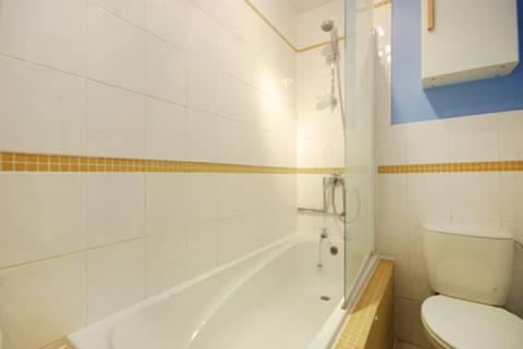 <b>Bathroom</b><span class='dims'> 8'3 x 4'7 (2.51 x 1.40m)</span>