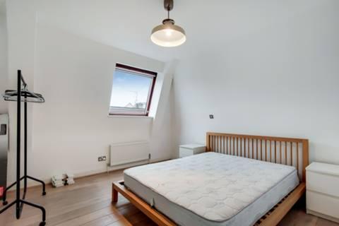 <b>Main Bedroom (en suite)</b><span class='dims'></span>