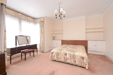 <b>Main Bedroom</b><span class='dims'> 21'6 x 16'3 (6.55 x 4.95m)</span>
