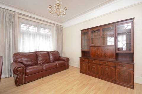 <b>Double Reception Room</b><span class='dims'> 28'11 x 16'5 (8.81 x 5.00m)</span>