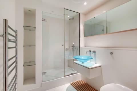 <b>En Suite Shower Room</b><span class='dims'></span>