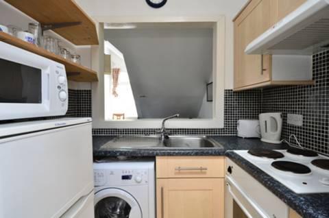 <b>Kitchen</b><span class='dims'> 6'8 x 4'11 (2.03 x 1.50m)</span>