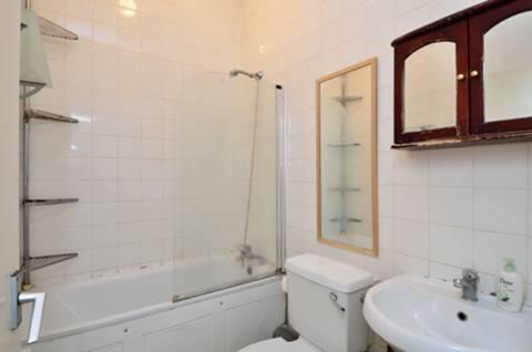 <b>Bathroom</b><span class='dims'> 6'9 x 4'10 (2.06 x 1.47m)</span>