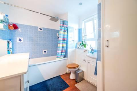 <b>Bathroom</b><span class='dims'> 9' x 7'6 (2.74 x 2.29m)</span>