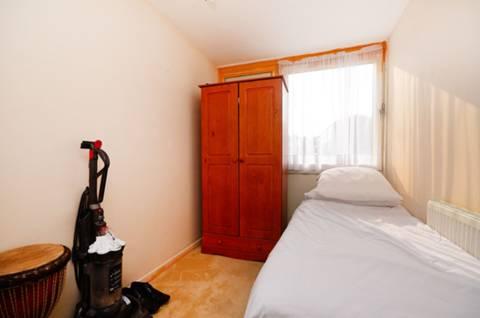 <b>Third Bedroom</b><span class='dims'> 10'2 x 6'8 (3.10 x 2.03m)</span>