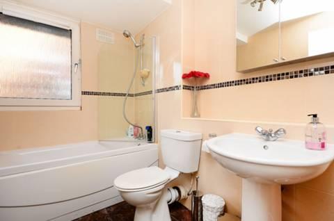<b>Bathroom</b><span class='dims'> 7'11 x 5'11 (2.41 x 1.80m)</span>