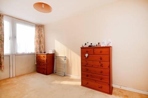 <b>Second Bedroom</b><span class='dims'> 15'7 x 8'7 (4.75 x 2.62m)</span>