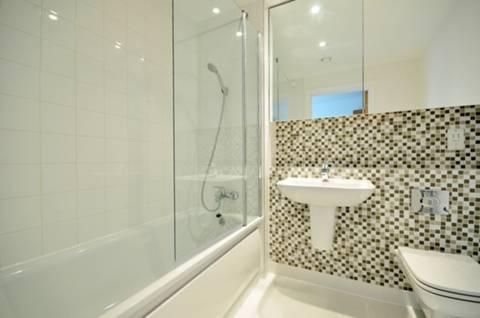 <b>En Suite Bathroom</b><span class='dims'> 7' x 6'2 (2.13 x 1.88m)</span>