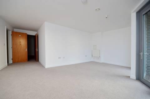 <b>Main Bedroom</b><span class='dims'> 26'4 x 22'11 (8.03 x 6.98m)</span>