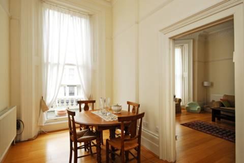 <b>Dining Room</b><span class='dims'> 13'7 x 7'7 (4.14 x 2.31m)</span>