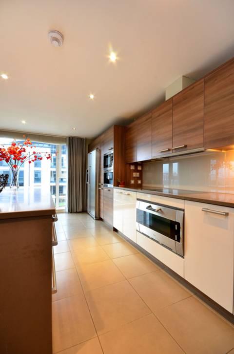 <b>Reception Room/Kitchen</b><span class='dims'> 39' x 30'7 (11.89 x 9.32m)</span>