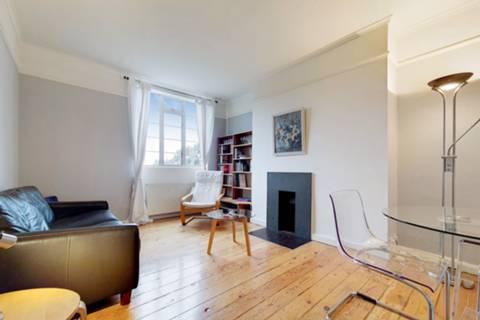 <b>Main Bedroom</b><span class='dims'> 15' x 9'2 (4.57 x 2.79m)</span>