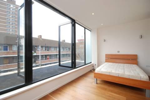 <b>Main Bedroom</b><span class='dims'> 17'6 x 9 (5.33 x 2.74m)</span>