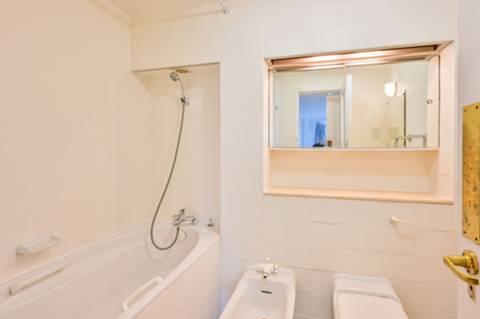 <b>Third En Suite Bathroom</b><span class='dims'></span>